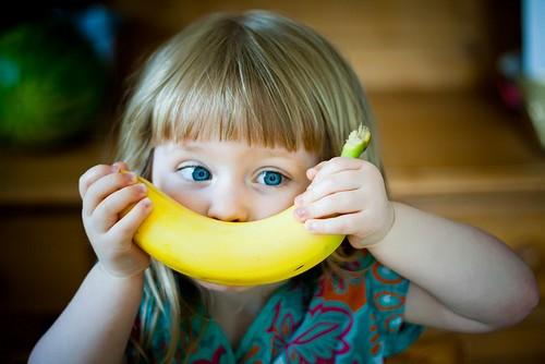 Mách bạn cách tẩy trắng răng bằng vỏ chuối hiệu quả nhất