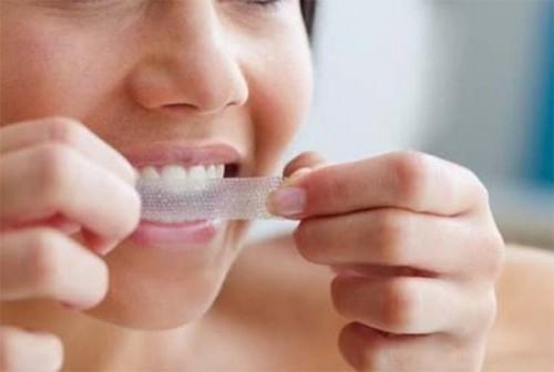 Cách sử dụng miếng dán trắng răng Crest 3D White