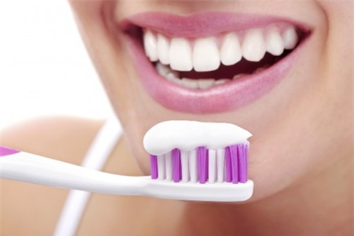 Image result for Cách làm trắng răng tự nhiên hiệu quả từ cách chải răng sau khi ăn