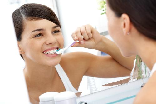 Cách làm trắng răng bằng hành tây đơn giản mà hiệu quả 2