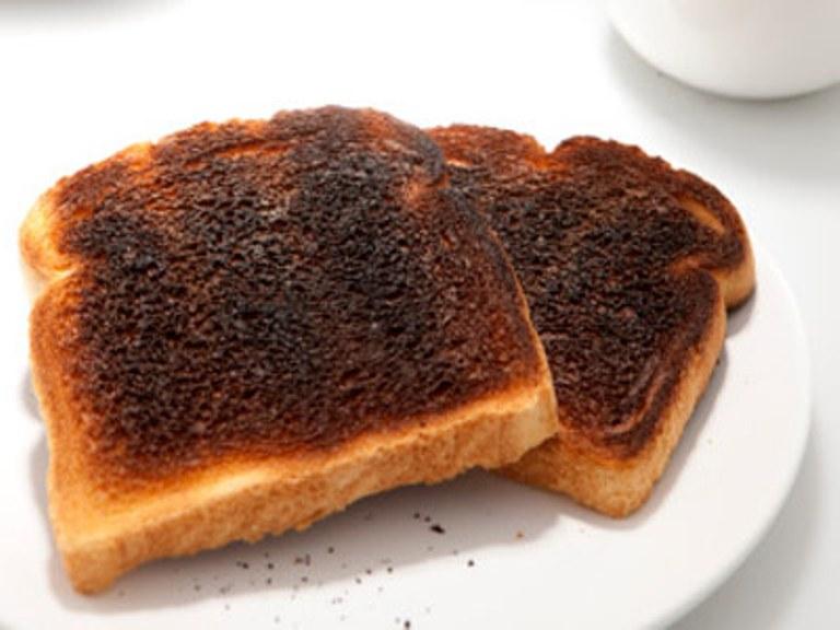 Răng trắng bóng trong 5 phút với bánh mỳ cháy