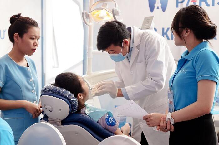 Khách hàng được thăm khám bởi đội ngũ bác sỹ giỏi