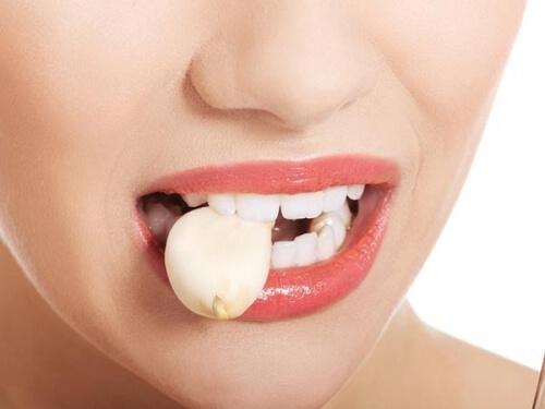 Cách chữa hôi miệng khi ăn tỏi